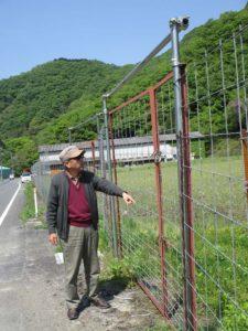 道路側からのシカ侵入を防ぐ高い柵